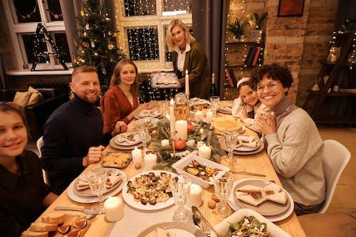 Familia Celebrando La Cena De Navidad