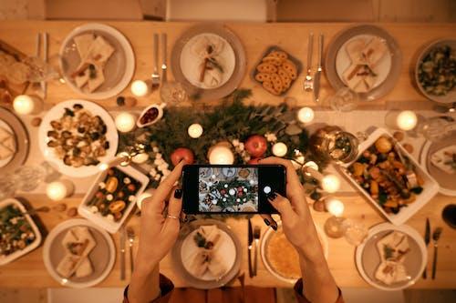 Vista Dall'alto Di Una Persona Che Cattura L'immagine Della Cena Di Natale