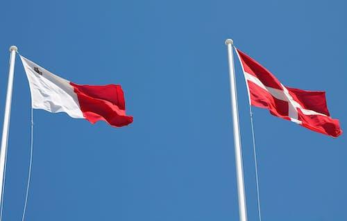 Bandera Roja Y Blanca En El Poste Bajo Un Cielo Azul