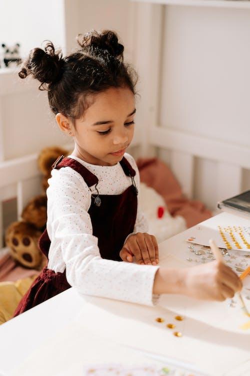 Ingyenes stockfotó afro-amerikai lány, alkotás, beltéri témában