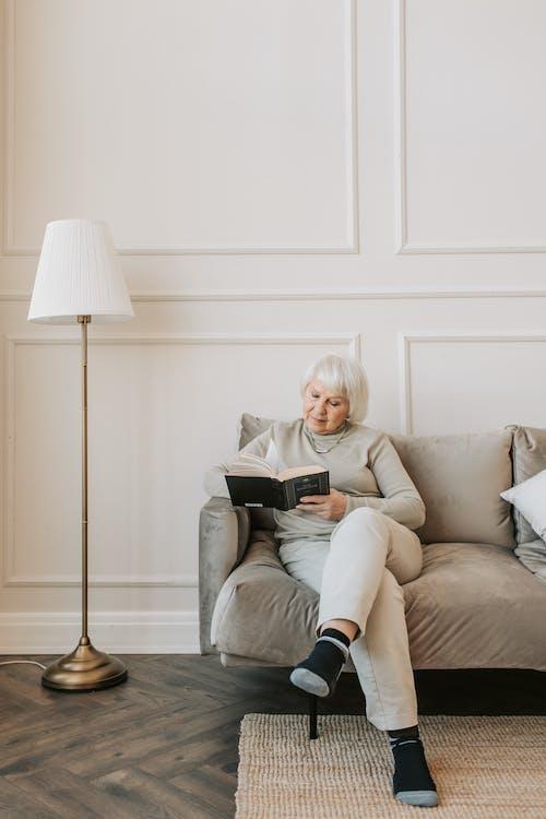 Fotos de stock gratuitas de anciano, leyendo, mayor