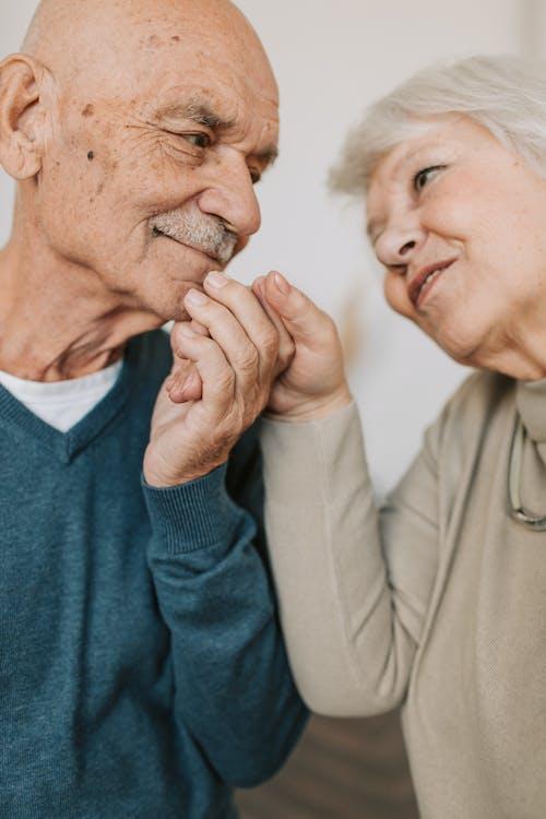 Fotos de stock gratuitas de abuela, abuelo, adentro