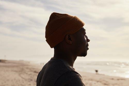 站在海灘上的黑人男子