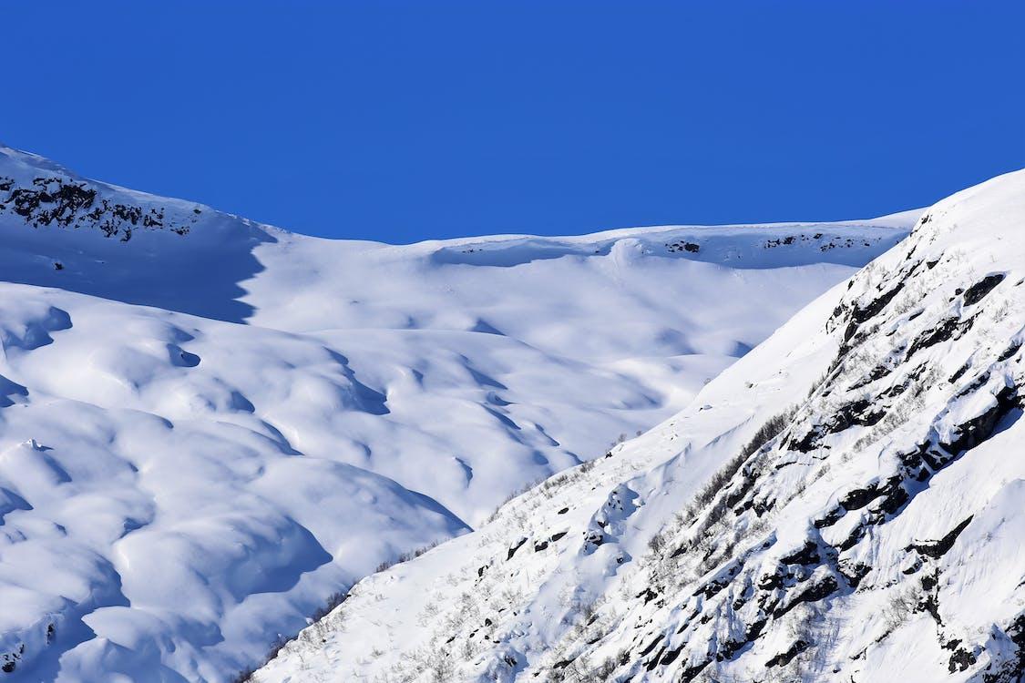 blå himmel, snøfjell
