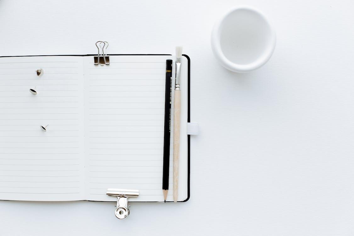 鉛筆と絵筆で開いたノート