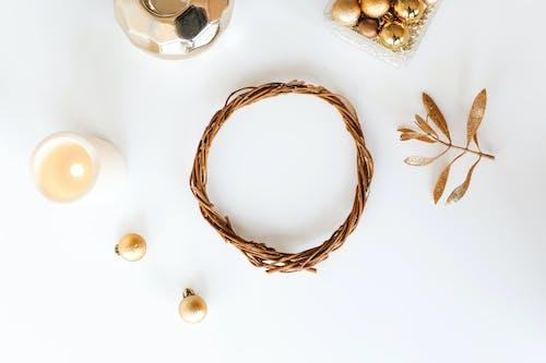 Conjunto De Adornos Para árboles De Navidad En Mesa Blanca
