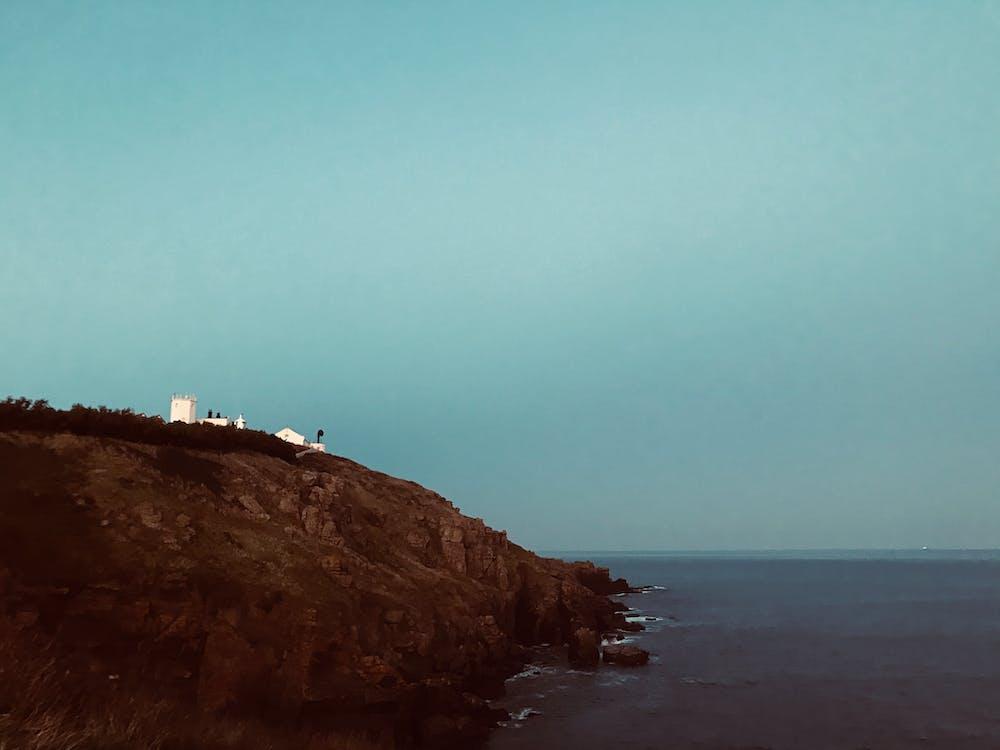 à flanc de colline, à flanc de falaise, bord de falaise