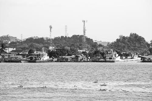 Photos gratuites de bateaux ancrés, village de rivière