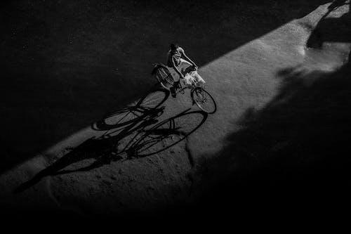 Grayscale Zdjęcie Man Riding Bicycle