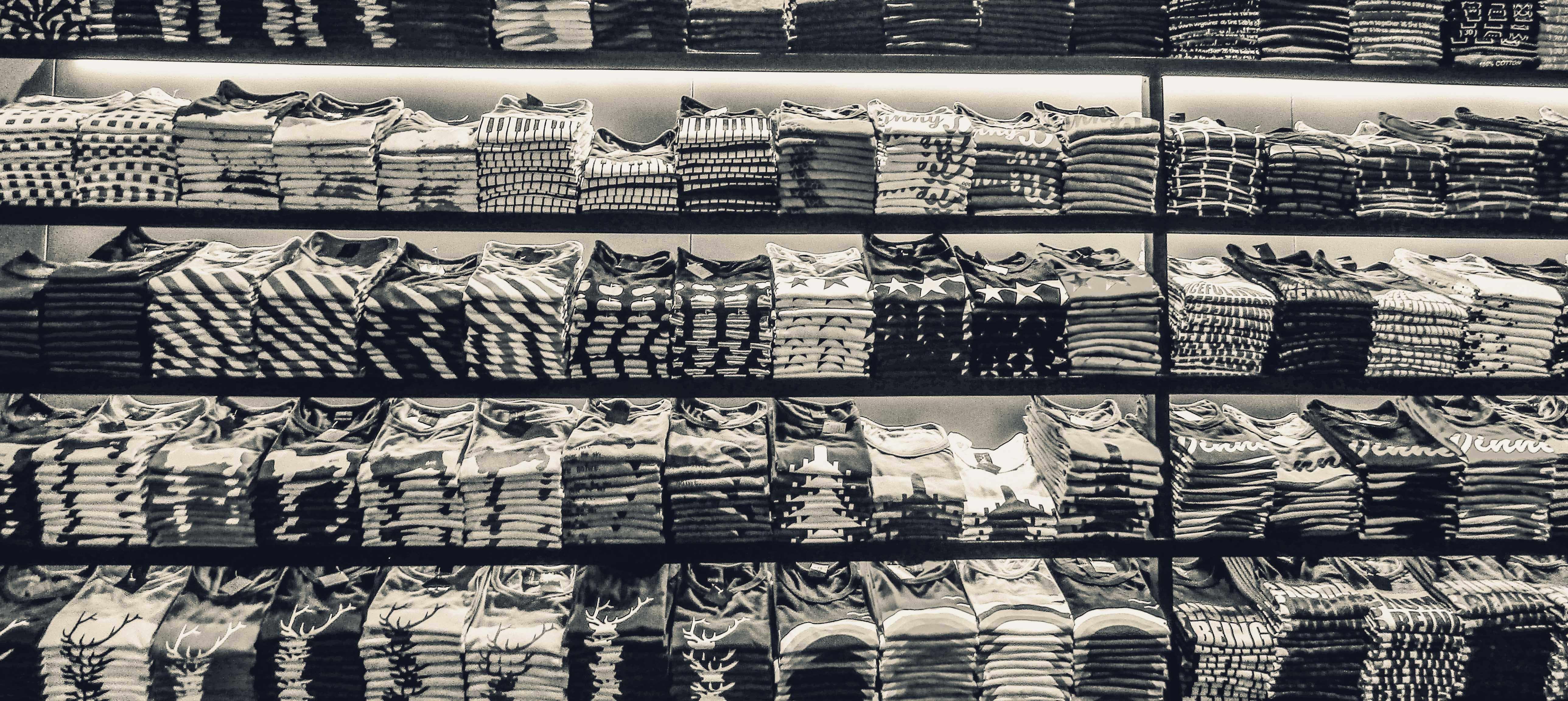 Kostenloses Stock Foto zu einfarbig, industrie, kleider, markt