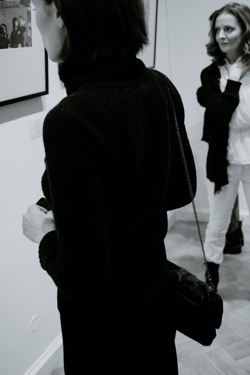 Бесплатное стоковое фото с в помещении, верхняя одежда, Взрослый, вид сбоку