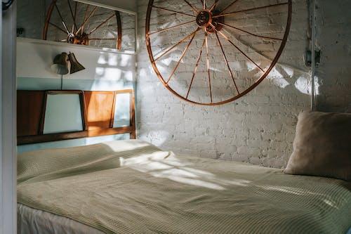 Interior Del Dormitorio Con Rueda En La Pared De La Casa