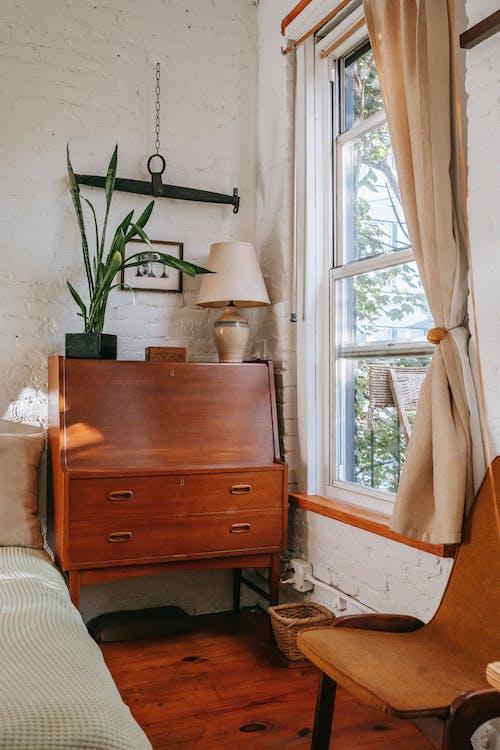 Interior De Dormitorio Antiguo Con Muebles Junto A La Ventana