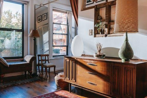 Eleganckie Lampy Stołowe Umieszczone Na Drewnianej Szafce W Stylowym Pokoju Z Oknami W Słońcu