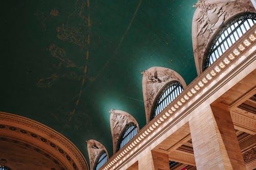 柱のある古典的な建物の古い天井