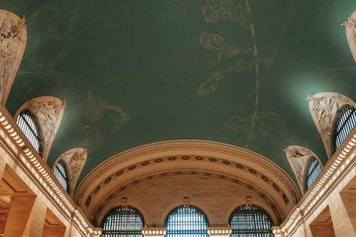 古典的な建物の古い装飾された天井