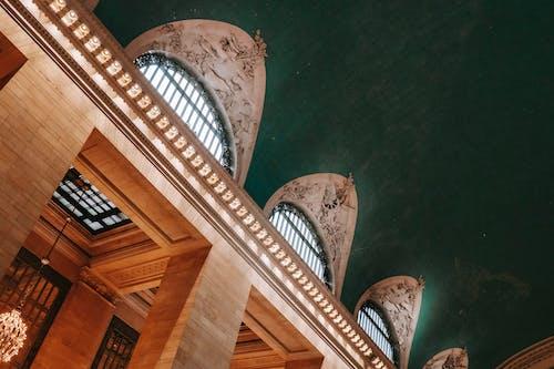 柱と窓のあるクラシックな建物