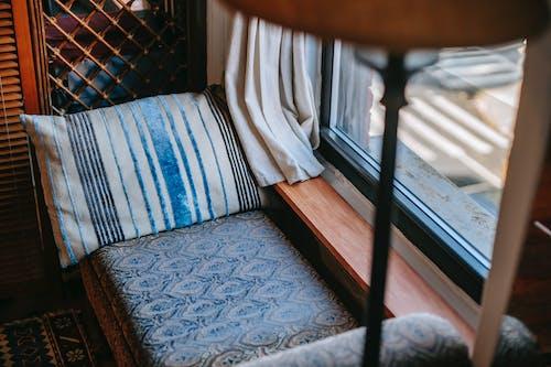 Ghế Sofa ấm Cúng Gần Cửa Sổ ở Nhà