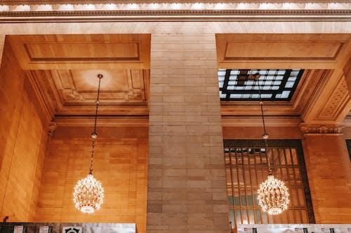 天井に窓があるクラシックな建物