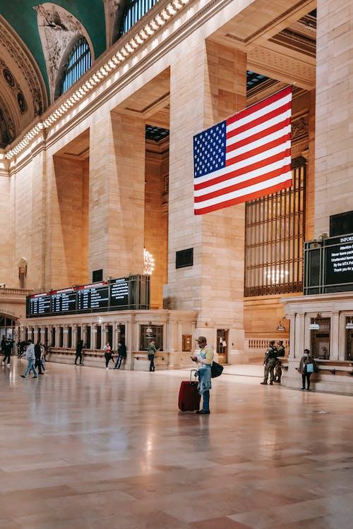 アメリカ国旗のある都会の建物のクラシックなインテリア