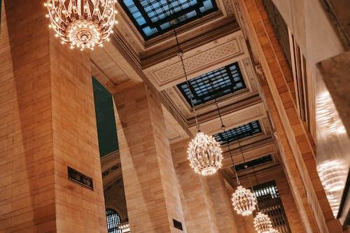 窓とシャンデリアのある装飾的な天井