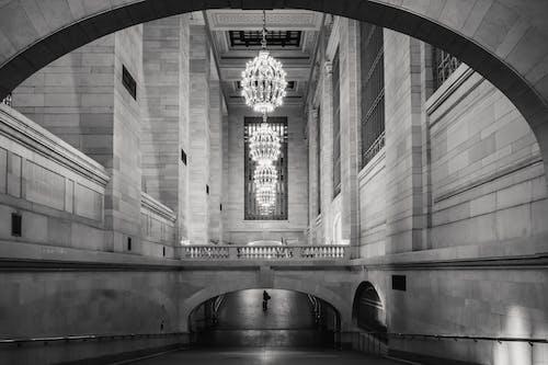 柱とシャンデリアのあるクラシックな建物