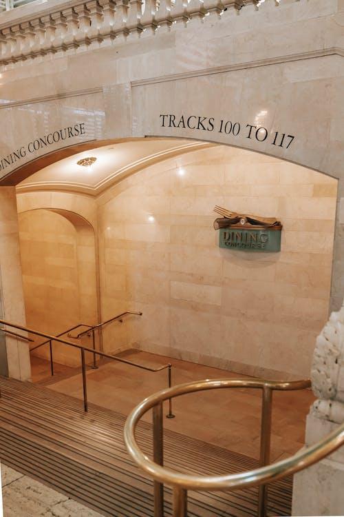 Escalier Avec Balustrade Dorée Dans Le Bâtiment
