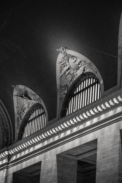 柱のある古典的な大聖堂の内部