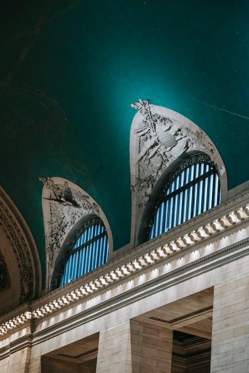 柱のある古い建物の内部