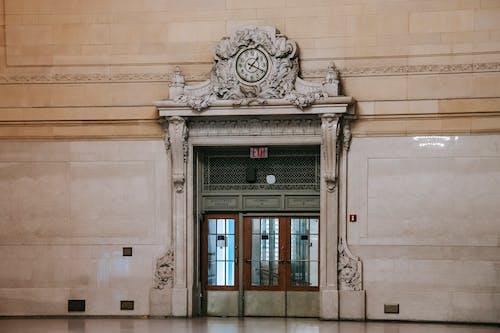 Puerta Ricamente Decorada Con Ventanas En La Espaciosa Sala Del Museo