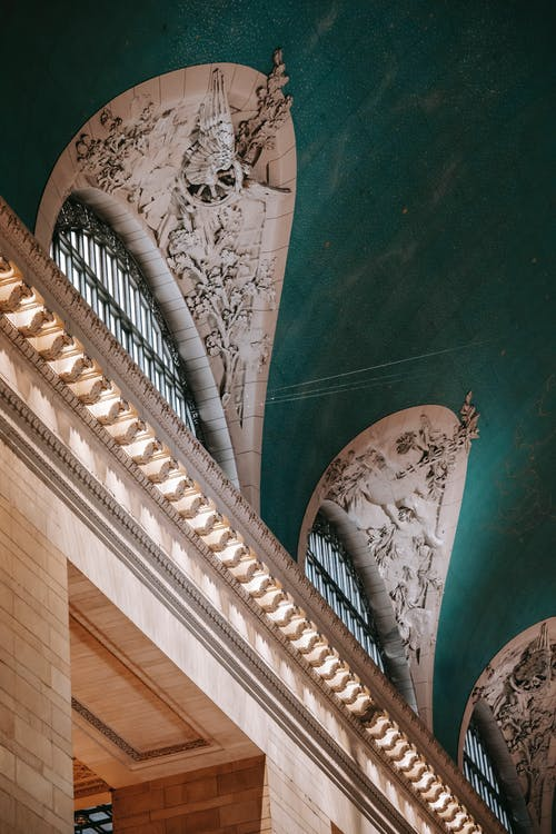 建物の柱の上の装飾的な天井