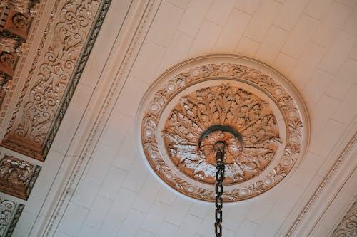 Techo Ornamental Y Candelabro En Museo