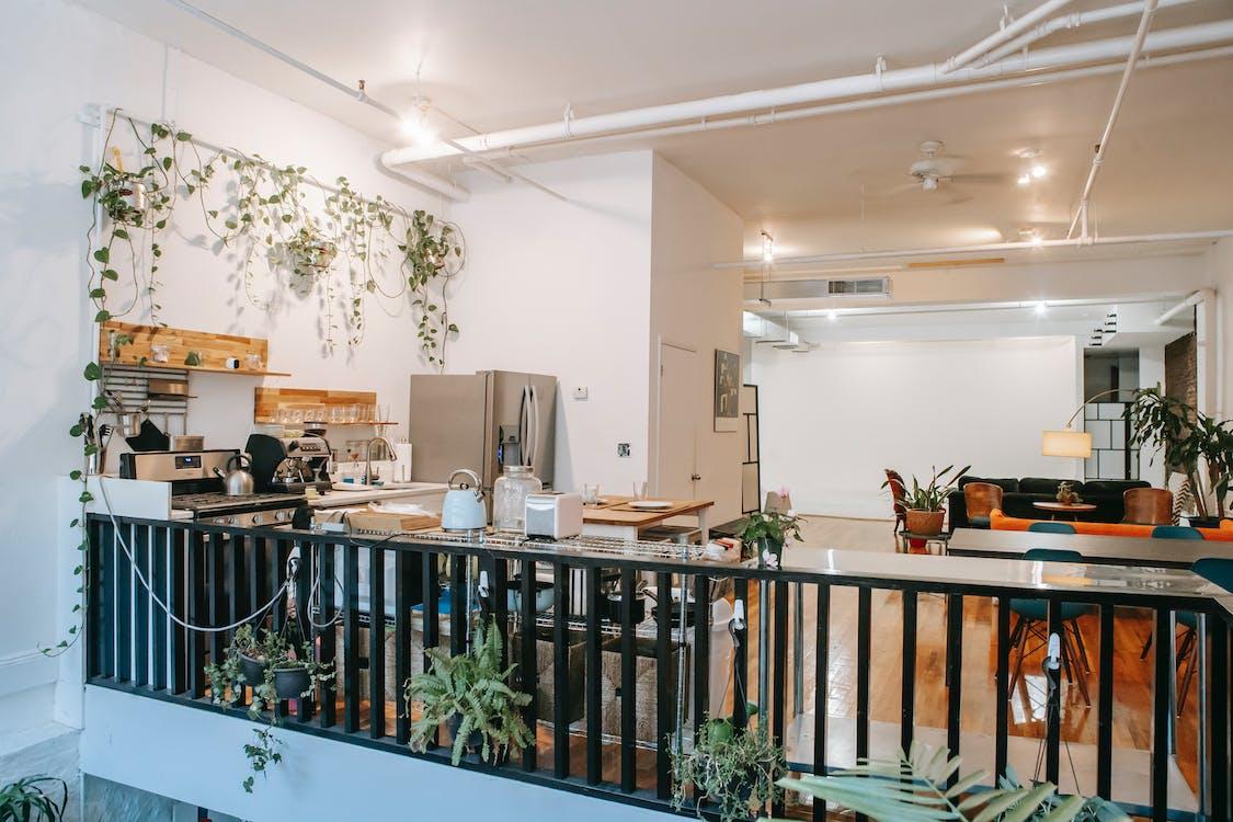 Acogedor Interior De Casa Espaciosa Con Cocina Y Sala De Estar