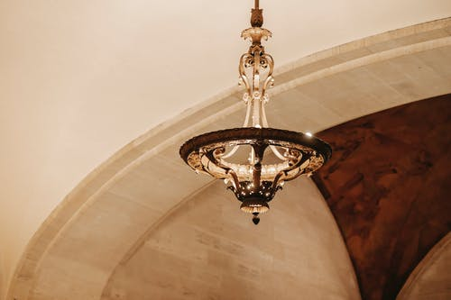 在建築物的金屬裝飾的舊枝形吊燈