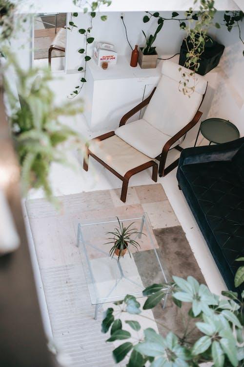 タイル張りの床に家具付きのリビングルームのインテリア