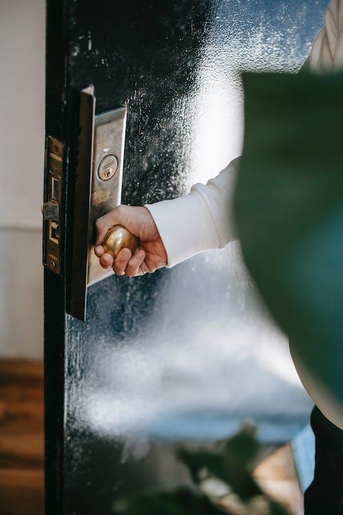 Corte A Pessoa Que Gira A Maçaneta Da Porta Ao Entrar Em Casa