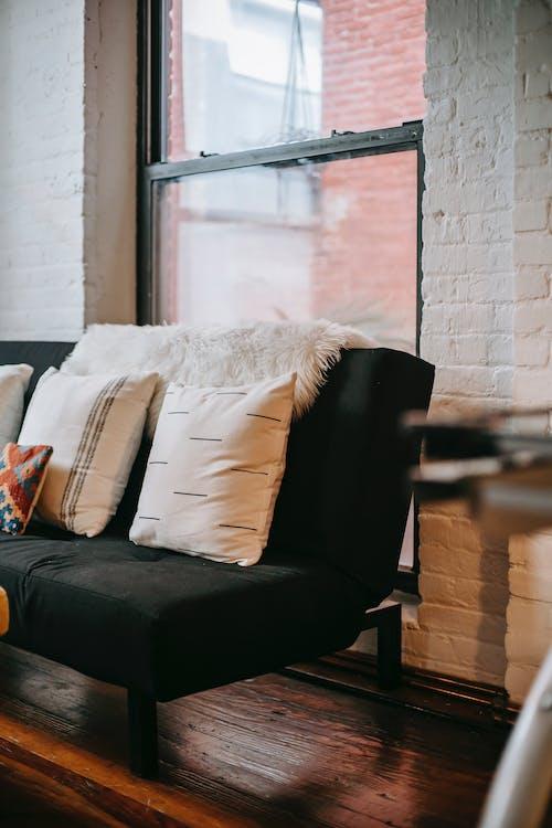 Interior De Quarto Aconchegante Com Sofá Macio E Almofadas
