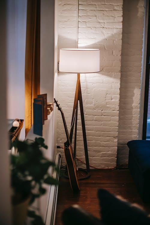 Lampa Oświetlająca Pomieszczenie Z Ceglanymi ścianami