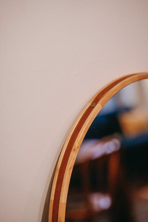 墙上的镜子框架