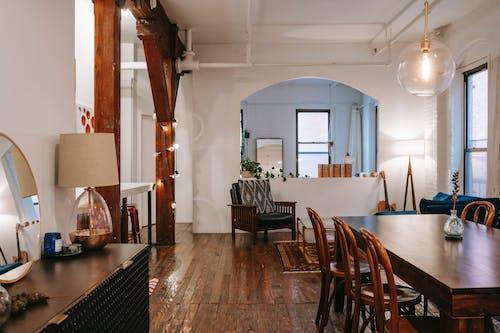 Interno Dell'appartamento Con Tavolo In Legno