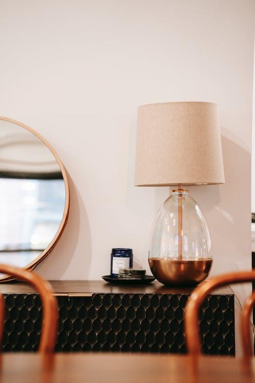 Wnętrze Pokoju Z Lampą Na Komodzie W Domu