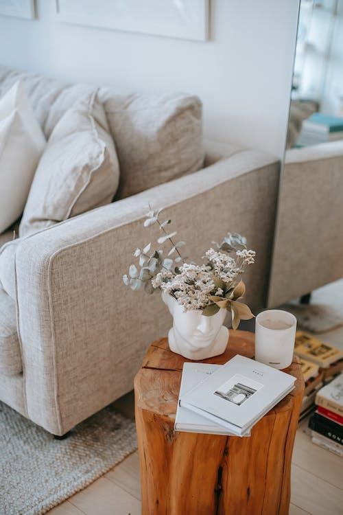 Interior De La Sala De Estar Con Muebles Y Flores En Florero.