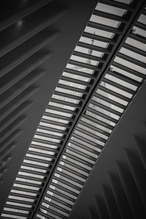 建築在白天的透明幾何屋頂