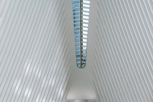 Techo De Edificio Contemporáneo Con Vigas Acanaladas Blancas