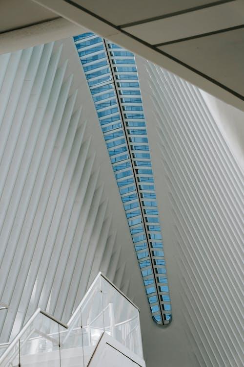 Techo Simétrico Del Edificio Moderno A La Luz Del Día