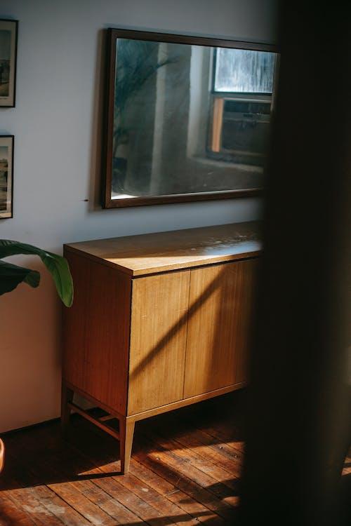 Espelho Acima Da Mesa De Madeira Em Casa Antiga