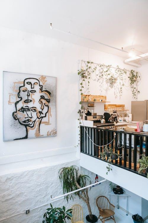 寬敞的房屋內裝飾著綠色植物的現代廚房