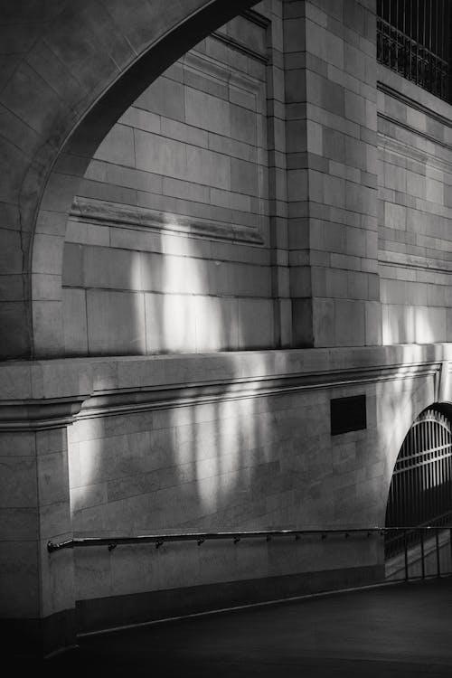 Innenraum Des Klassischen Durchgangs Mit Bogen Und Backsteinmauern Mit Sonnenreflexion