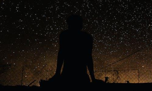 gökyüzü yıldızlarla dolu, oturan adam, oturmak, siyah adam içeren Ücretsiz stok fotoğraf