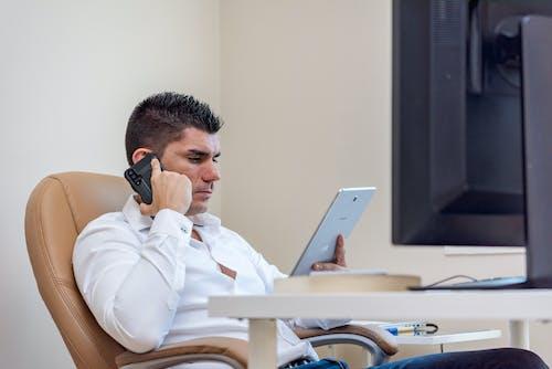 adam, akıllı telefon, çalışma alanı içeren Ücretsiz stok fotoğraf